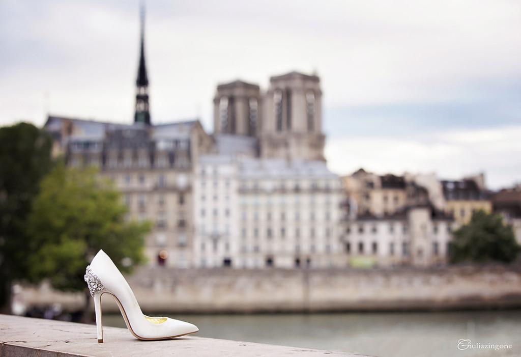 foto scarpe da sposa in raso bianco con ricamo gioiello Empire di Freya Rose London bridal shoes fotografate in un matrimonio a Parigi da Giulia Zingone